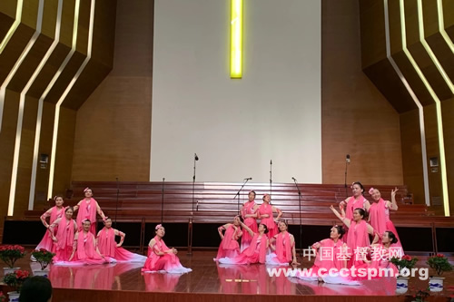 """_镇江两会举行庆祝新中国成立70周年歌咏会-歌伴舞""""大江东去"""".jpg"""