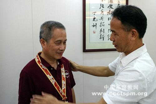 梁明牧师获得中华人民共和国成立70周年纪念章