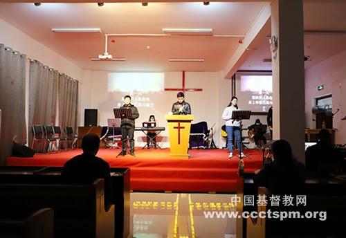 """中南神学院举行基督受难日""""十架七言默想""""崇拜活动"""