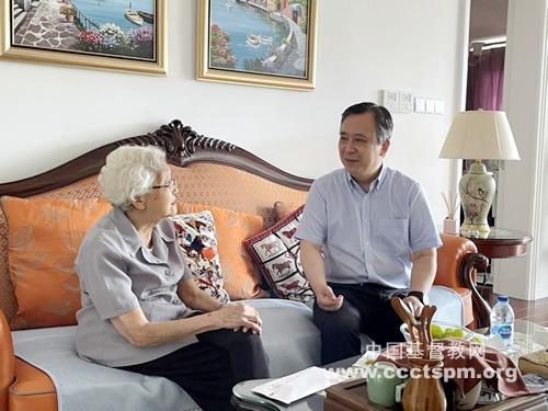 中国基督教三自爱国运动委员会主席徐晓鸿牧师看望教会前辈