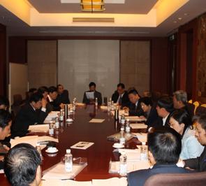 参加神学思想建设十周年纪念大会的与会者进行分组讨论